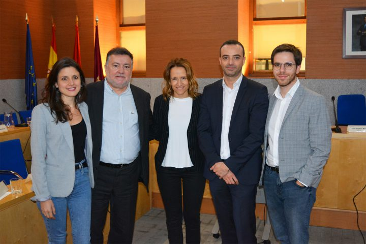 (de izquierda a derecha, María Jesús Girona, Carlos Méndez, Mónica Rodríguez, Alfredo González [concejal] y Jorge Osma)